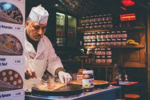 kuchár využíva objednávky do kuchyne